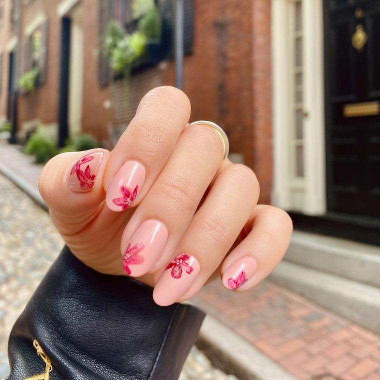 unghie gel 2021 chiare manicure a mandorla accent nail con motivi floreali
