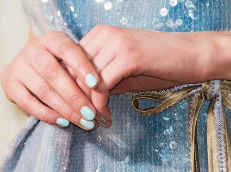 unghie gel semplici smalto di colore azzurro manicure corte forma quadrata