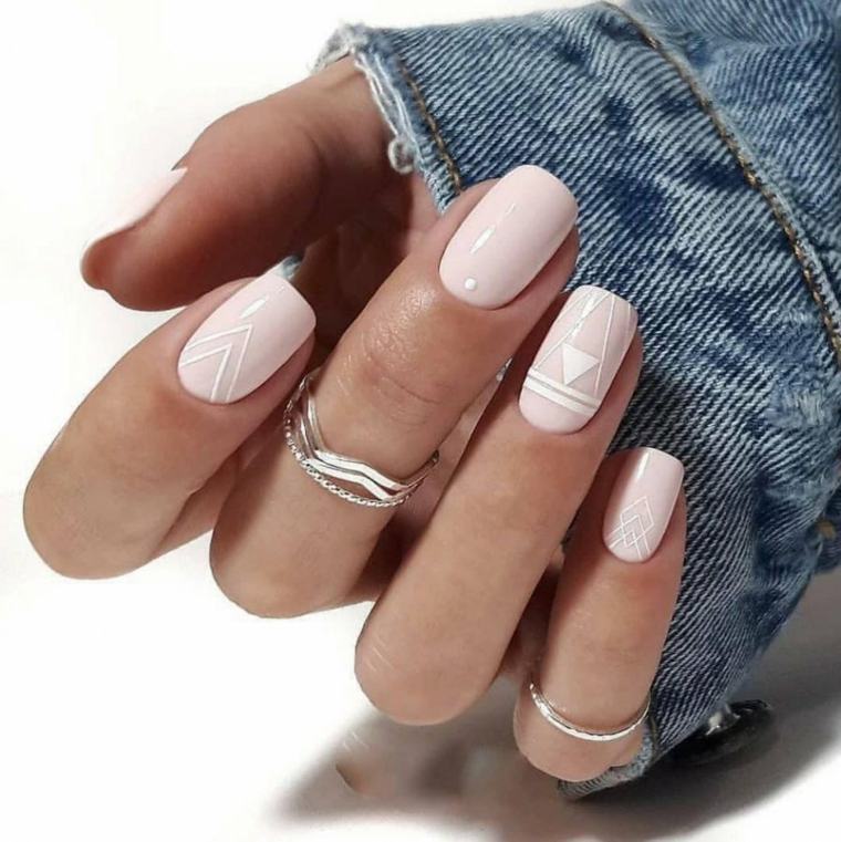 unghie quadrate con disegni geometrici smalto rosa pastello
