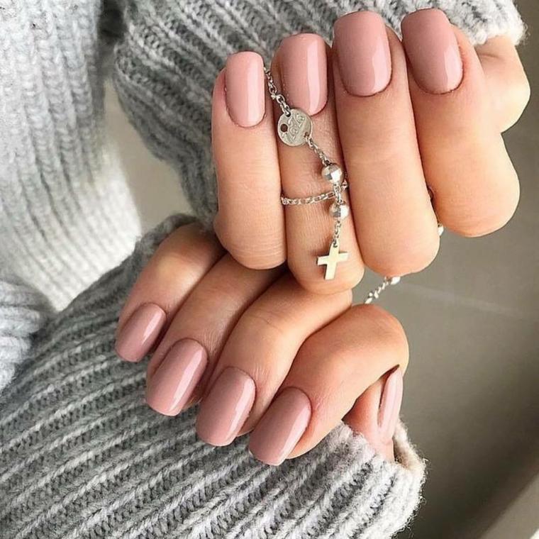 unghie quadrate con smalto rosa pallido manicure toni pastello