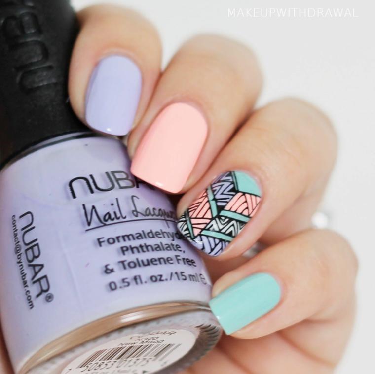 unghie rosa pastello accent nail con motivi geometrici manicure arcobaleno