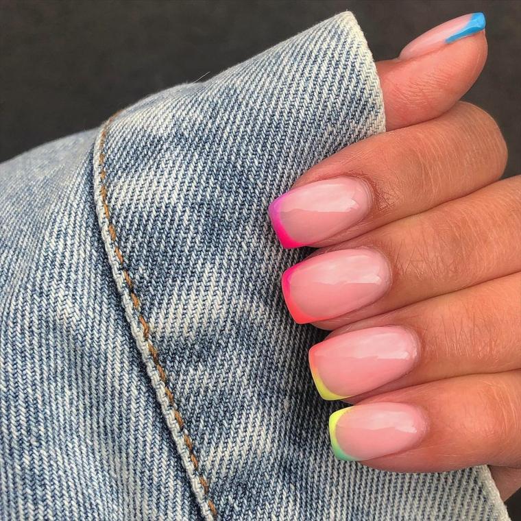 unghie rosa pastello smalto forma quadrata con french manicure arcobaleno