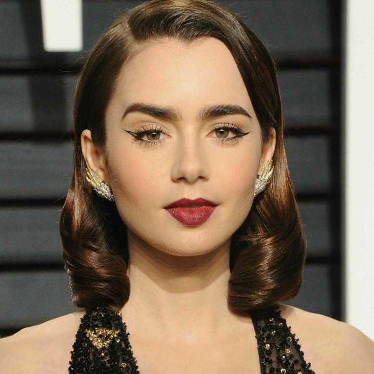 acconciature anni 50 donna con capelli castani lucidi boccoli sulle lunghezze