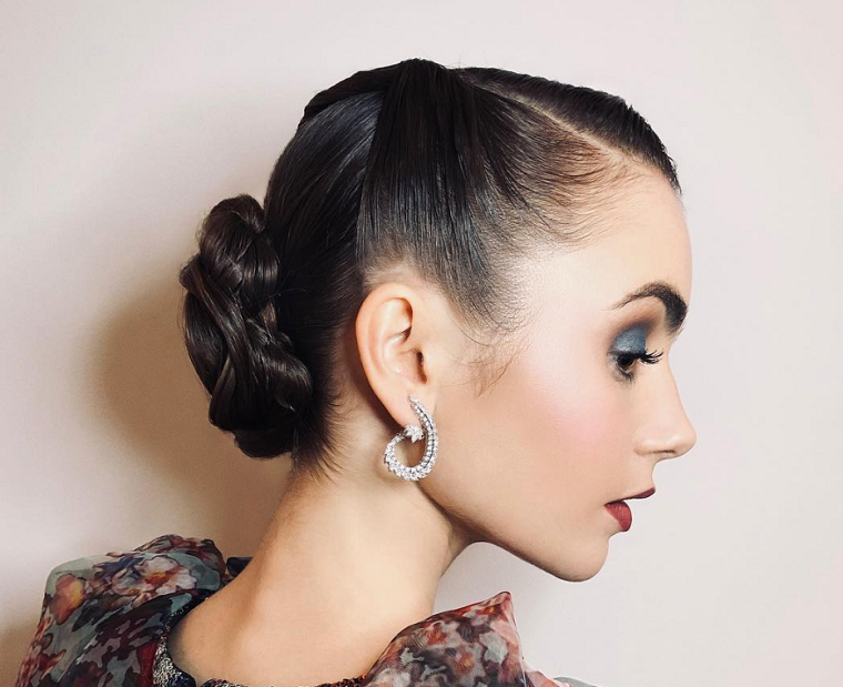 acconciature anni 50 pin up donna con capelli di colore nero raccolti