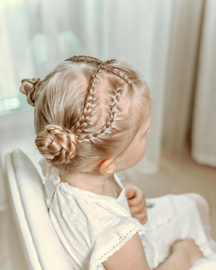 acconciature bambina capelli lunghi ragazzina bionda con treccine e chignon