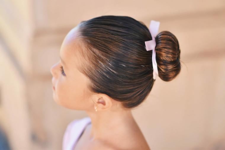 acconciature bambina chignon ragazzina con capelli castani lisci