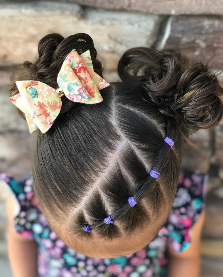 acconciature bambina con elastici pettinatura capelli castani con due chignon