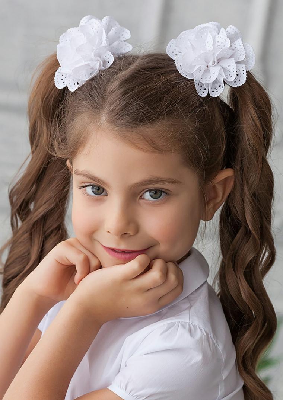 acconciature bambina veloci ragazza con capelli castani legati a due code