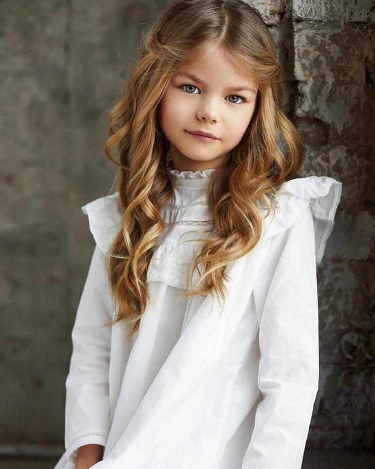acconciature capelli bambina cerimonia ragazzina con un semiraccolto