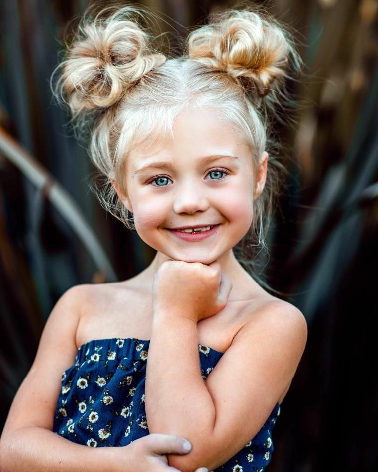 acconciature capelli lunghi bambina pettinatura bionda con chignon