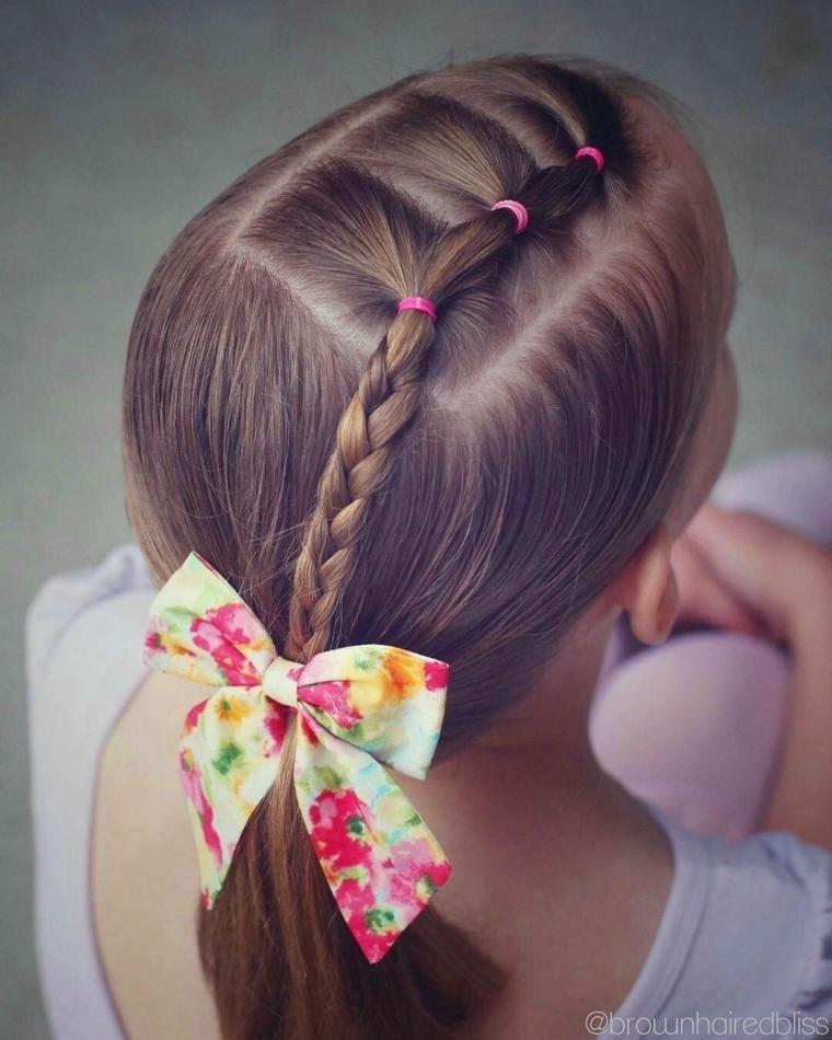 acconciature capelli lunghi bambina treccia al centro con fiocco