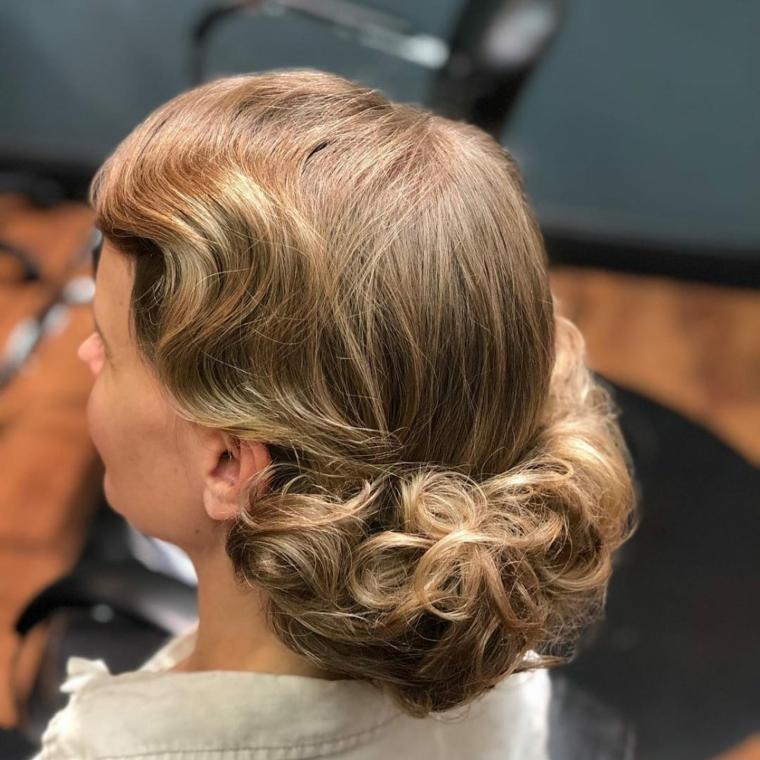 acconciature con boccili donna con capelli raccolti di colore biondo