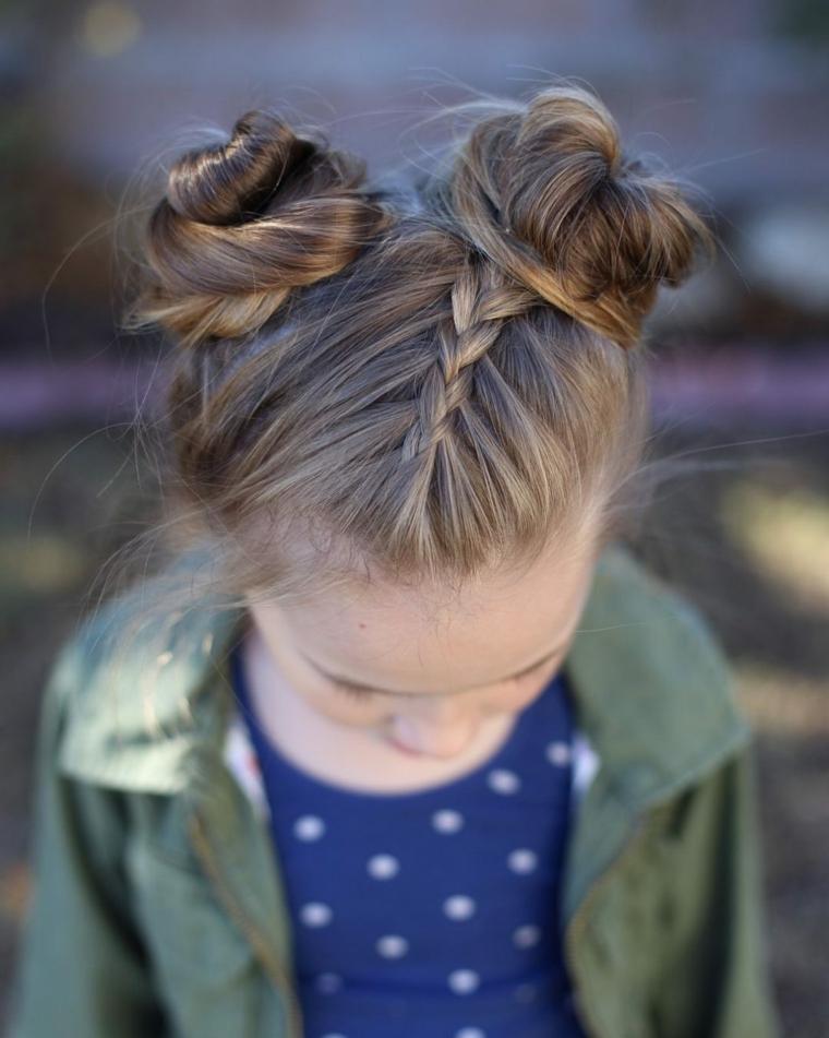 acconciature da bambina capelli di colore biondo legati con due chignon