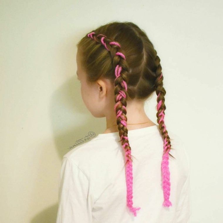 acconciature da bambina pettinatura capelli castani due trecce con filo rosa