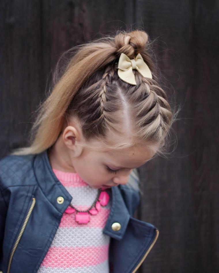 acconciature per bambina semplici capelli biondi lisci tre trecce legati a coda