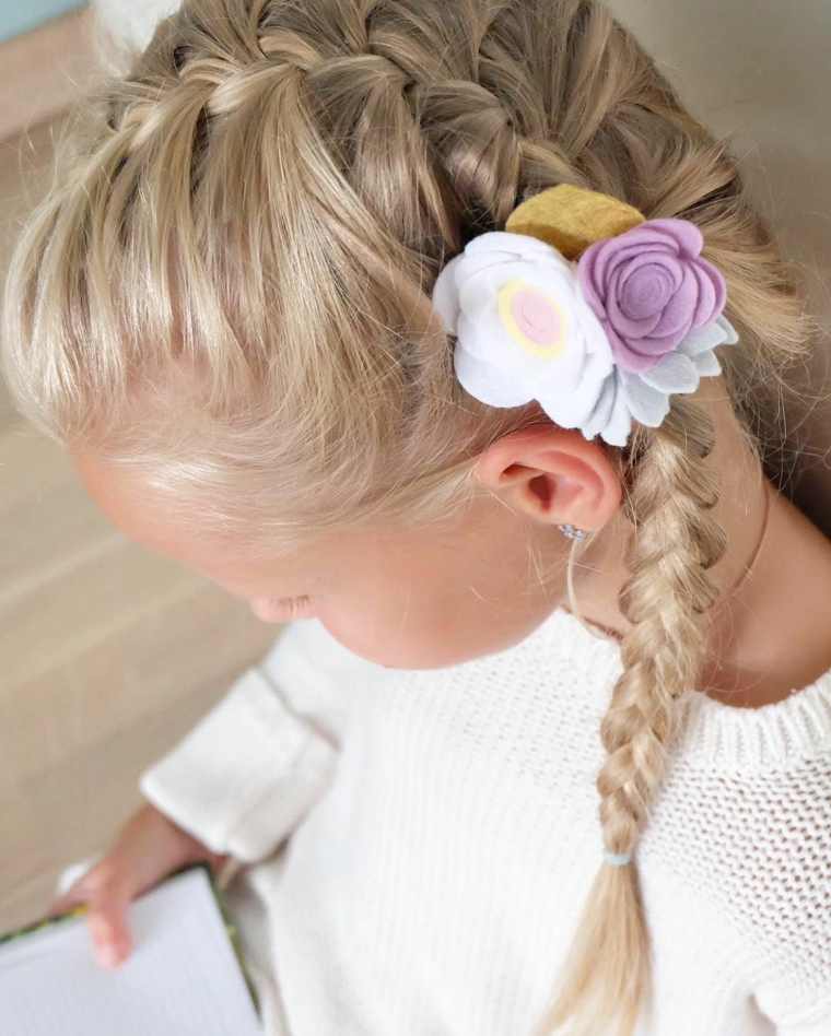 acconciature per bambini semplici bambina con capelli biondi e treccia laterale
