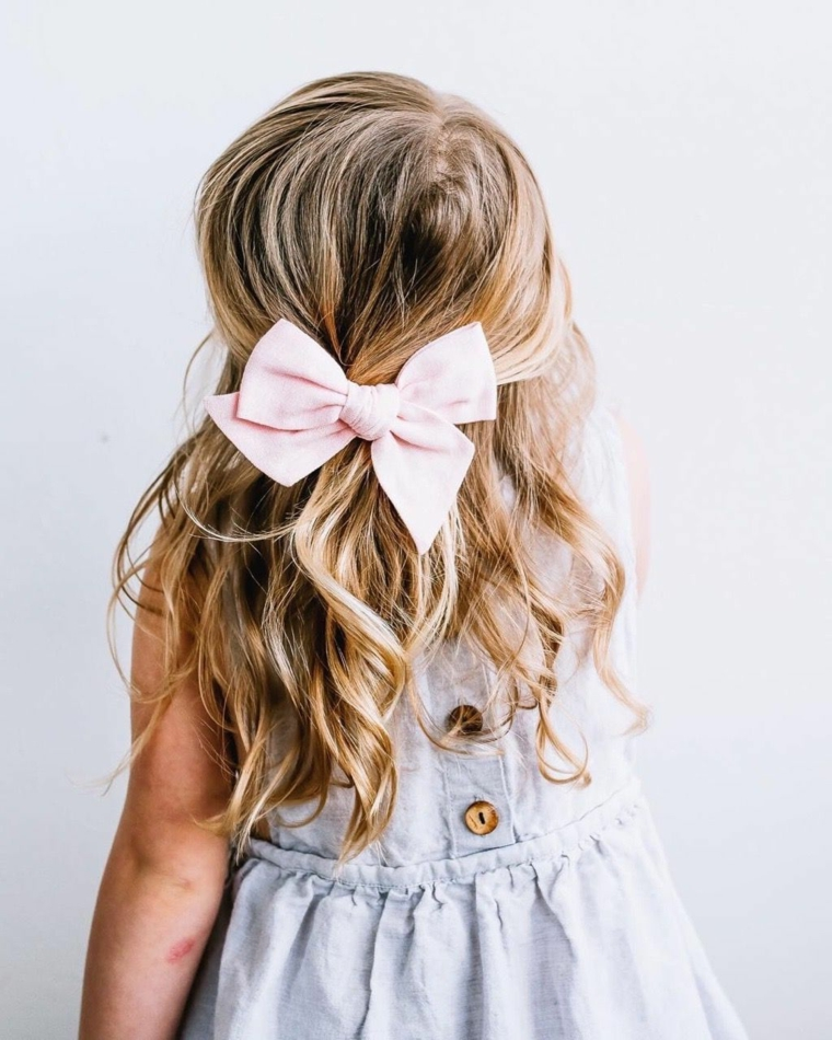 acconciature per comunione bambina capelli biondi mossi semiraccolto con molletta