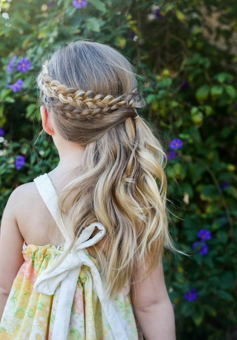acconciature per comunione bambina capelli biondi ricci treccia a corona