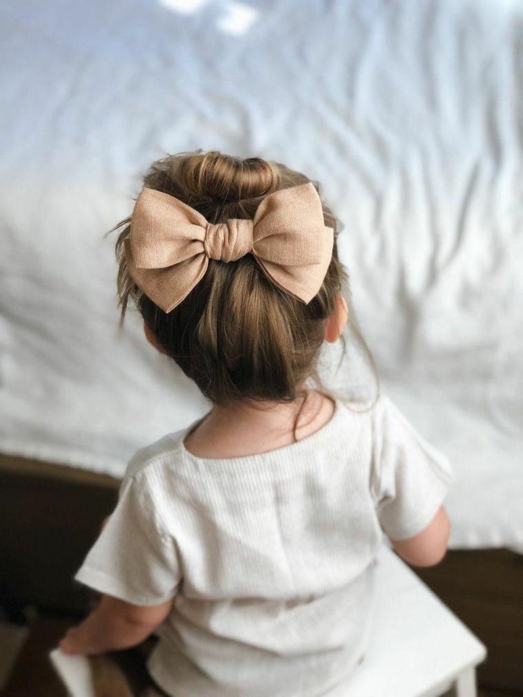 acconciature semplici capelli lunghi bambina con fiocco rosa