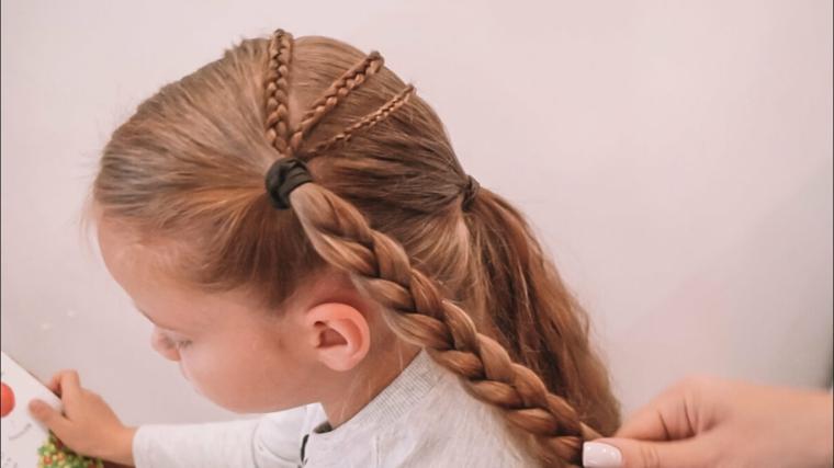 acconciature semplici capelli lunghi bambina con trecce laterali