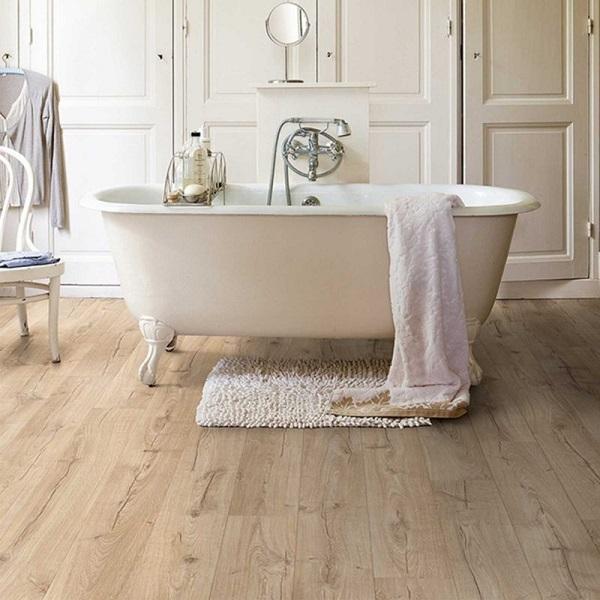 arredare bagno con vasca rivestimento pavimento in laminato di colore grigio