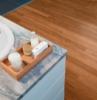 arredo bagno con mobili bianchi pavimento in parquet di colore marrone