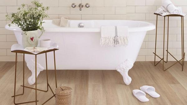 arredo bagno con pavimento in pvc parete con piastrelle bianche vasca da bagno