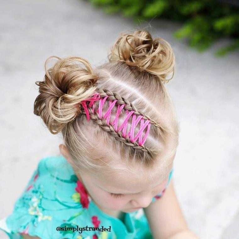 bambina con capelli biondi pettinatura con chignon alto mosso