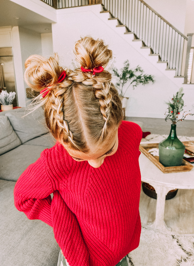 bambina con capelli biondi pettinatura con due trecce alla francese