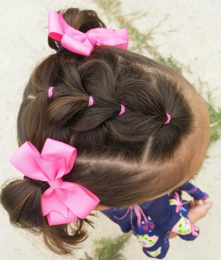 bambina con capelli castani pettinatura con elastici due code laterali