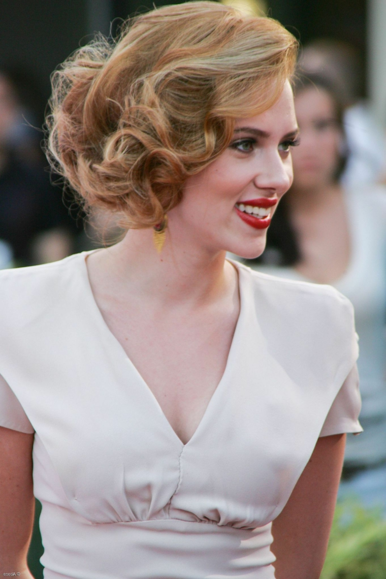 capelli biondi raccolti pettinatura stile anni cinquanta trucco vintage