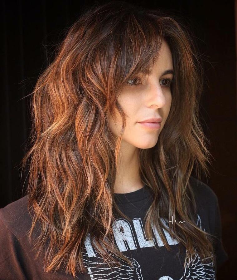 capelli lunghi scalati davanti pettinatura femminile con frangia a tendina