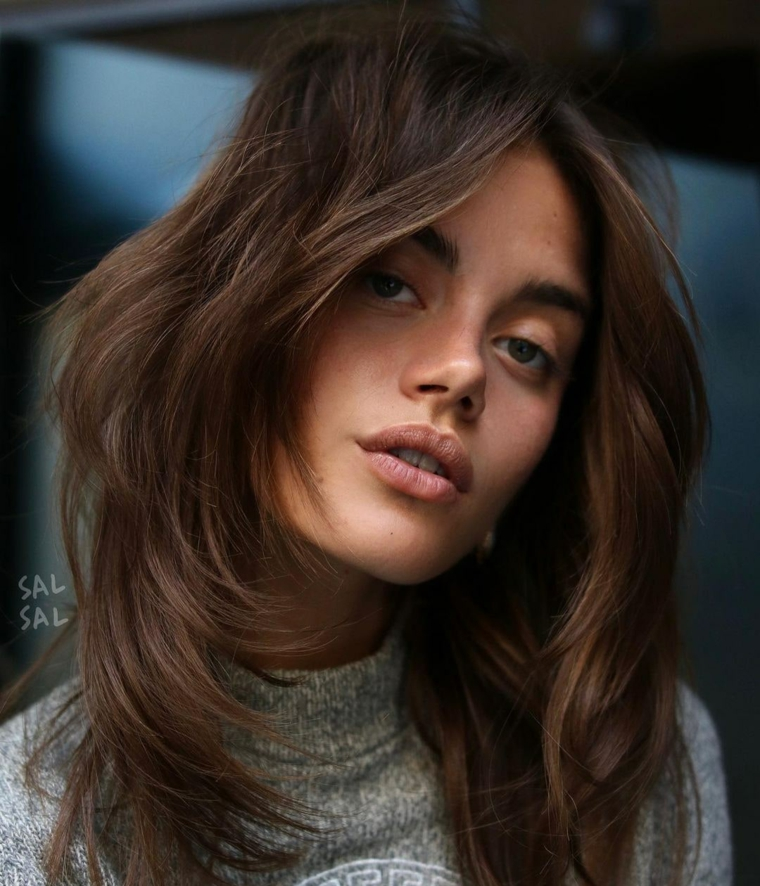 capelli scalati medi acconciatura donna con frangia a tendina pettinatura mullet mossa