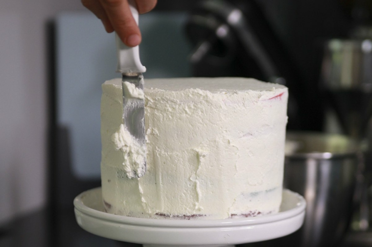 come decorare una torta con la panna colorata spalmare glassa con spatola