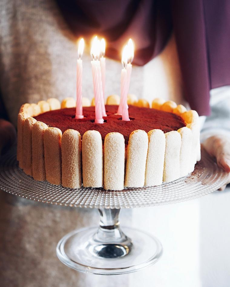 come decorare una torta tiramisù per compleanno candeline di colore rosa