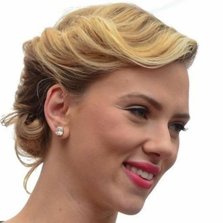 come fare una pettinatura stile anni 50 donna con capelli biondi