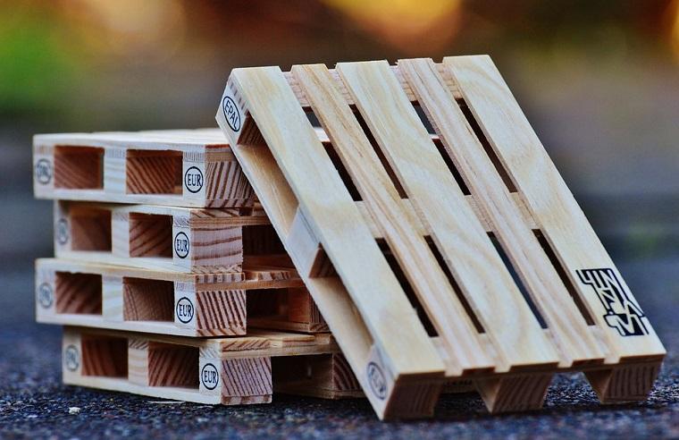costruire un divano con un pallet bancale di legno