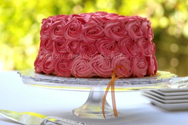 decorazioni torte semplici con panna torta rotonda con rose di colore rosa