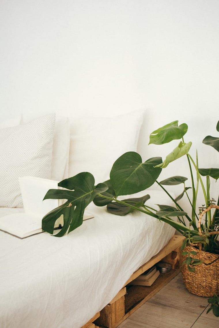 divano con un pallet bancale di legno con materasso e cuscini
