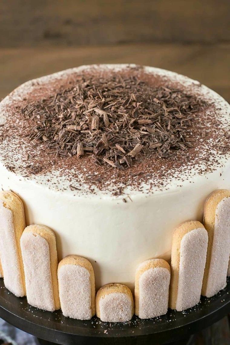 dolce con mascarpone e panna e savoiardi decorazione torta con scaglie di cioccolato