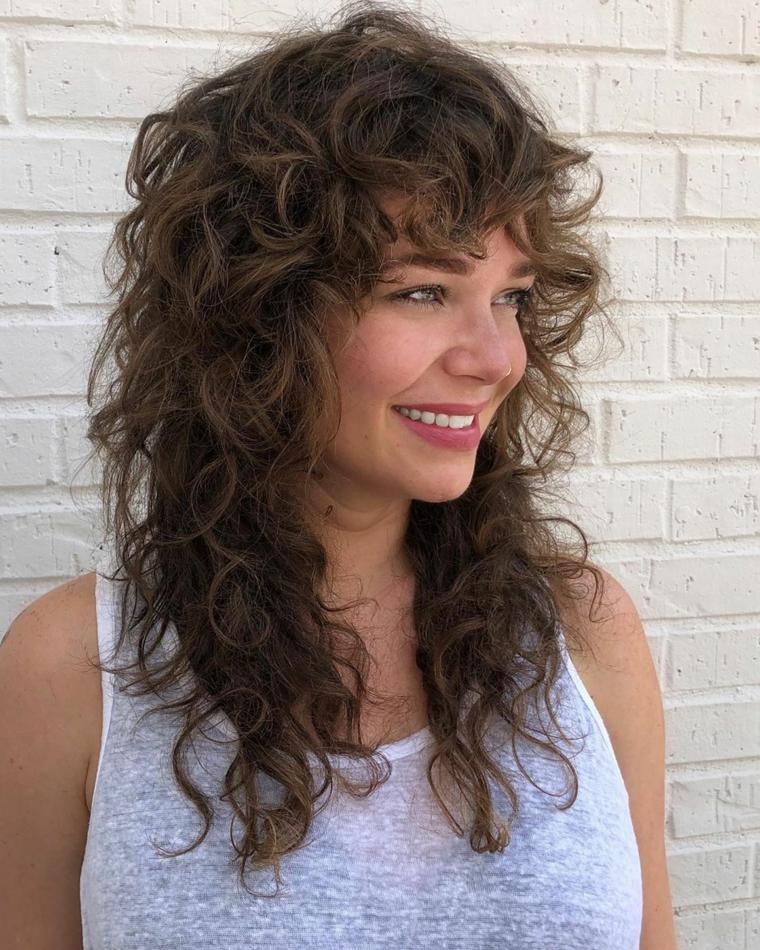 pettinatura con frangia riccia capelli lunghi sotto e corti sopra