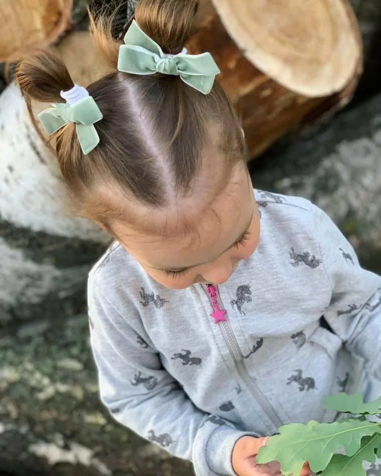 pettinature bambina capelli biondi lisci media lunghezza pettinatura con due chignon