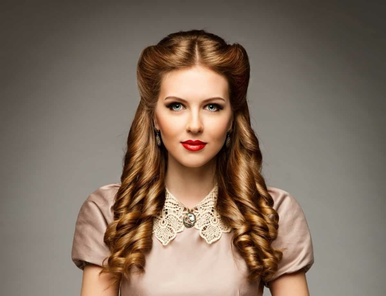 rockabilly pin up hair donna con capelli biondi boccoli sulle lunghezze