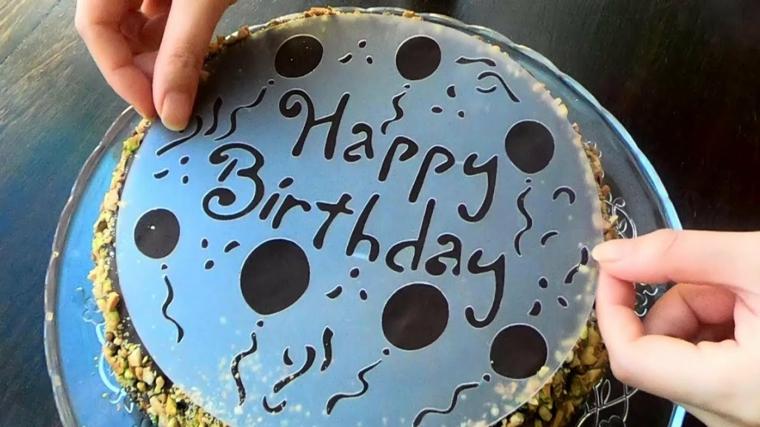 stampo con scritta happy birthday come decorare il tiramisù