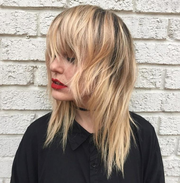 taglio capelli lunghi scalati acconciatura di colore biondo con frangia scalata