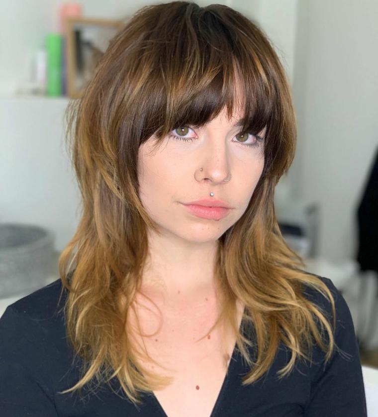taglio di capelli lungo sotto e corto sopra pettinatura con frangia