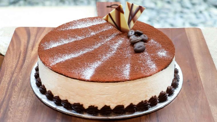 tiramisù con panna montata e cacao in polvere decorazione con scaglie di cioccolato