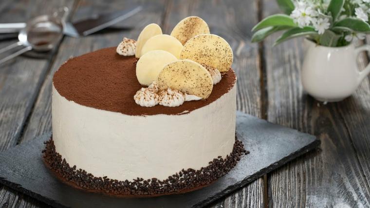 tiramisù rotondo con scaglie di cioccolato bianco decorazione torta con panna montata