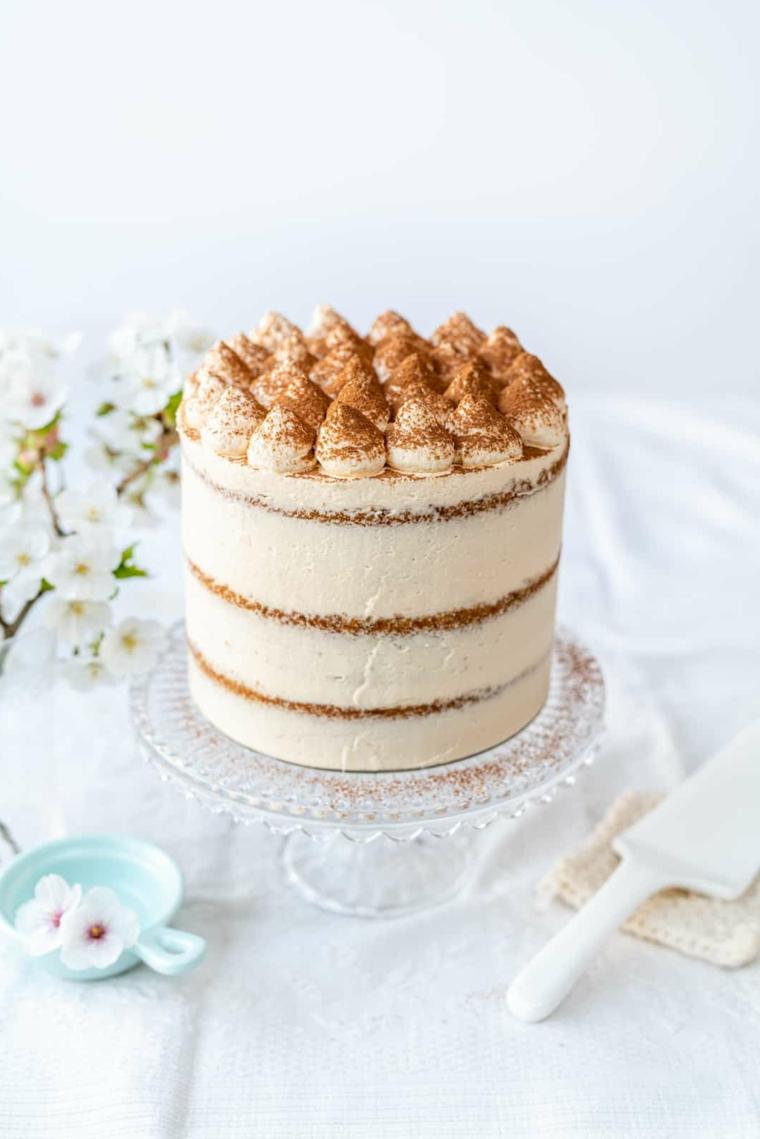 torta alta con tre strati dolce tiramisù con panna e strati di pan di spagna