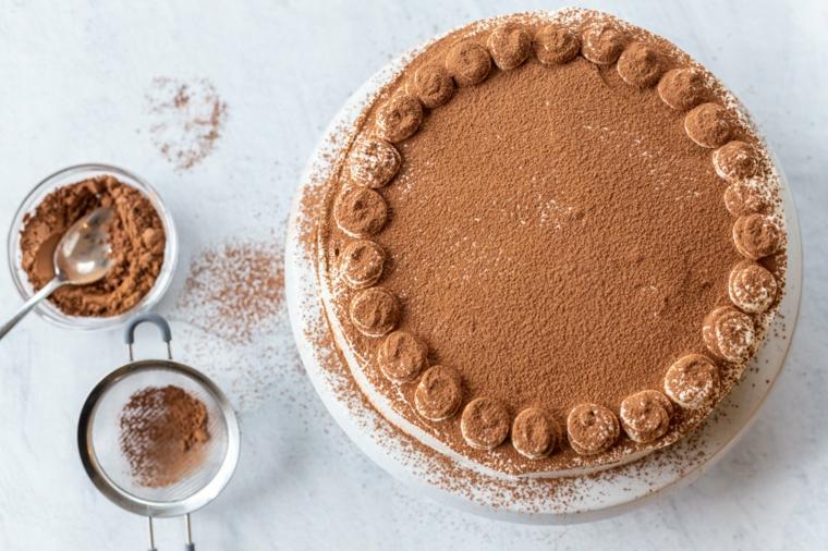 torta compleanno tiramisù con cacao e panna montata ciotola con ingredienti